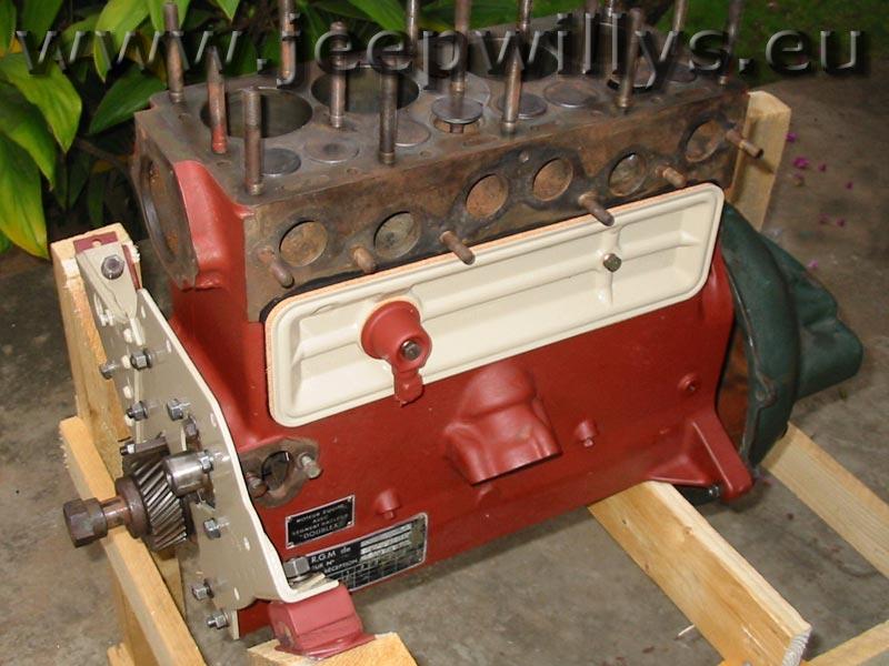 bloc moteur bloc moteur en cours de remontage sur un chassis en bois. Black Bedroom Furniture Sets. Home Design Ideas