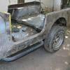 Caisse de Jeep CJ7 en cours de poncage